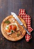 Kernachtig brood met Gerookte zalm royalty-vrije stock foto's