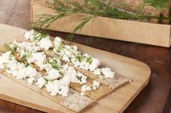 Kernachtig brood met gestremde melk stock fotografie