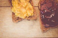 kernachtig brood met jam op een houten achtergrond royalty-vrije stock afbeelding