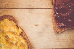 kernachtig brood met jam op een houten achtergrond royalty-vrije stock afbeeldingen