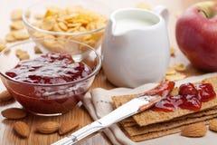 Kernachtig brood met jam voor ontbijt Stock Fotografie
