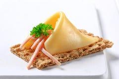 Kernachtig brood met kaas en ham royalty-vrije stock foto
