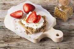 Kernachtig brood met kwark en bessen royalty-vrije stock afbeeldingen