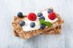 Kernachtig brood met room fraiche en bessen stock afbeeldingen