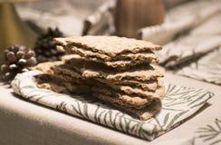 Kernachtig brood op de lijst stock afbeeldingen