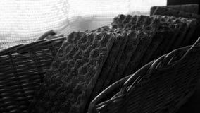 Kernachtig brood in rieten zwart-witte mand stock fotografie
