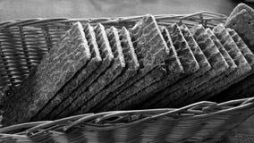 Kernachtig brood in rieten zwart-witte mand royalty-vrije stock afbeeldingen