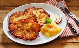 Kernachtig Fried Potato Rosti Served met Appelmoes stock fotografie