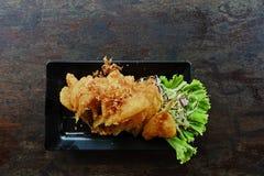 Kernachtig-gebraden vissen met knoflook en peper royalty-vrije stock afbeelding