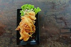 Kernachtig-gebraden vissen met knoflook en peper stock fotografie