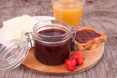 Kernachtige brood en jam voor ontbijt Stock Afbeeldingen