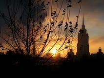 Kernachtige de Winterzonsopgang van Moskou, Gouden Hemel en Rookstapels Royalty-vrije Stock Foto's