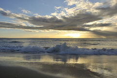 Kernachtige strandzonsopgang Stock Foto's