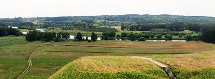 Kernave с насыпями и взгляд Neris реки от стоковые фото