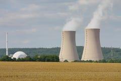 Kernenergieinstallatie in een landelijk landschap stock afbeeldingen