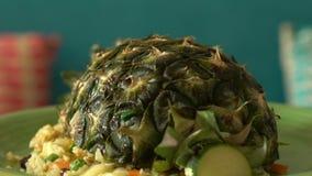 Kerrie gebraden die rijst met zeevruchten met ananas worden behandeld stock footage