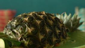 Kerrie gebraden die rijst met zeevruchten met ananas worden behandeld stock videobeelden
