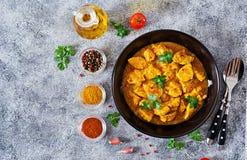 Kerrie met kip en uien Indisch voedsel Aziatische keuken royalty-vrije stock foto's