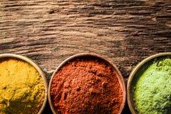 Kerrie, Spaanse pepers en grond groene thee Stock Fotografie