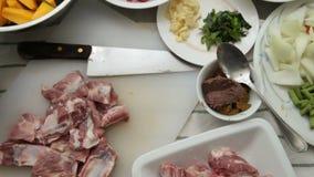 Kerrie, Varkensvleesribben en Plantaardig, Ingrediënten voor de kerrie van de Varkensvleesrib stock footage