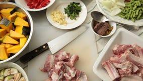 Kerrie, Varkensvleesribben en Plantaardig, Ingrediënten voor de kerrie van de Varkensvleesrib stock videobeelden