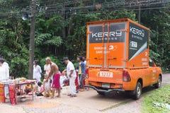 Kerry Express-de containerauto draagt productlevering aan klant in Palian distric van Trang royalty-vrije stock foto's