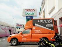 Kerry Express-het parkeren van de leveringspick-up bij de wandelgalerij van Tesco Lotus stock afbeeldingen