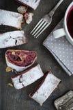 Kers en okkernootstrudel op een donkere houten lijst close-up Stock Foto's