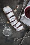 Kers en okkernootstrudel op een donkere houten lijst Selectieve foc Stock Afbeeldingen