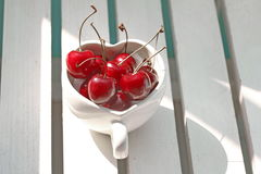 Kersen Chili in hart-Vormige mok op hout Royalty-vrije Stock Afbeelding