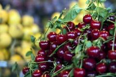Kersen in fruitmarkt Stock Afbeelding