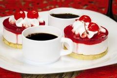Kersencakes met koffie Stock Afbeeldingen