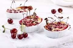 Kersenclafoutis - traditioneel Frans zoet fruitdessert stock foto's