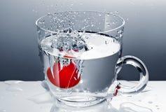 Kersentomaat in water Royalty-vrije Stock Afbeeldingen
