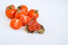 Kersentomaten en tomaat sause, deeg stock afbeeldingen