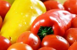 Kersentomaten met rode en gele paprika stock afbeeldingen