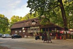 Kersko,捷克共和国- 2018年7月07日:从捷克斯洛伐克影片由伊里stan的Menzel主任的Slavnosti Snezenek的啤酒店Hajenka 免版税库存照片