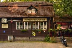 Kersko,捷克共和国- 2018年7月07日:从捷克斯洛伐克影片由伊里stan的Menzel主任的Slavnosti Snezenek的啤酒店Hajenka 图库摄影