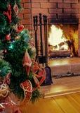 Kerstavond door open haard stock afbeelding