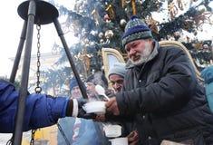 Kerstavond voor slecht en dakloos op de Centrale Markt in Krakau Royalty-vrije Stock Foto's