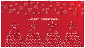 Kerstbomen en ronde sneeuwvlok op rode achtergrond Stock Foto's