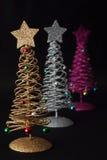Kerstbomen op zwarte achtergrond stock afbeeldingen