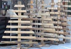 Kerstbomen uit pallets worden gemaakt die Royalty-vrije Stock Afbeeldingen