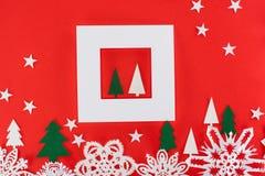 Kerstbomen in wit kader met rond sterren en document sneeuwvlokken Royalty-vrije Stock Fotografie
