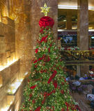 Kerstboom binnen Troeftoren in NYC Stock Fotografie