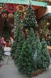 Kerstboom buiten de opslag Stock Afbeeldingen