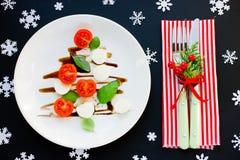 Kerstboom caprese salade feestelijk voorgerecht stock afbeelding