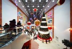 Kerstboom in centrum van zaal Stock Afbeelding