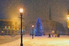 Kerstboom in de sneeuw op het Koepelvierkant in Riga stock afbeeldingen