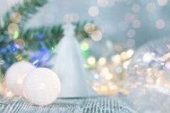 Kerstboom decoratieve snuisterijen op vage feestelijke achtergrond stock afbeeldingen